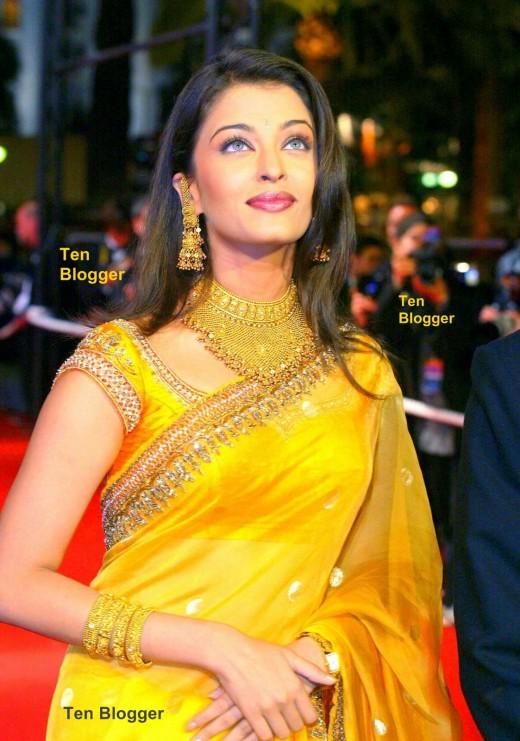 Aishwarya Rai - showing off Gold Jewelry - stunning