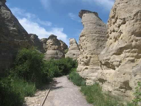 Hoodoos in Writing-on-Stone Provincial Park south of Vulcan. (Public domain)