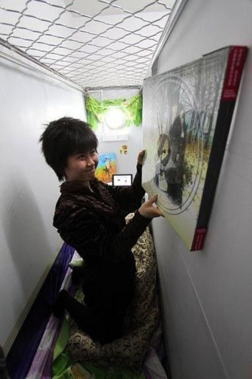 Zhang Qi decorates her capsule apartment.