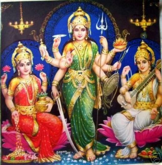La adoración de los dioses femeninos: (de izquierda a derecha): Lakshmi (consorte divino de Vishnu), Shakti (La divina consorte de Shiva) y Saraswati (La divina consorte de Brahma).  La adoración de Shakti como Univeral Madre es la secta de Saktam.