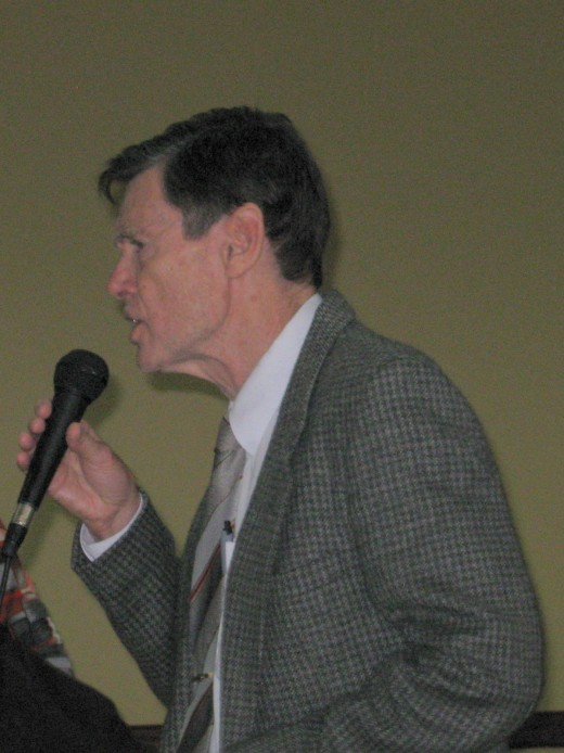 The writer presenting a story to the Penshurst Probus Club, May 2010
