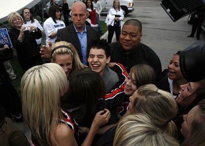 David Archuleta revels in a group hug given him, by Murray High Cheerleaders!  LOL  What teenager wouldn't?