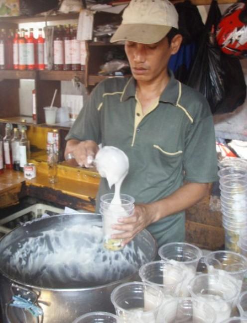 The salesman preparing Rice Flour Porridge to sell