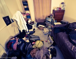Clutter is to be avoided in a feng shui bedroom. Love lives will suffer. photo: WarzauWynn @flickr