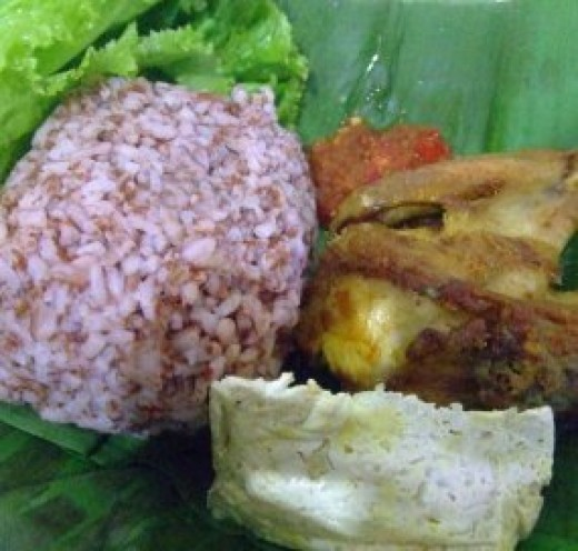 This is the way I have my brown rice, with fried chicken, tofu steamed, sambal or chili, and some veggie. With banana leaf as the plate. dieny-yusuf.blogspot.com