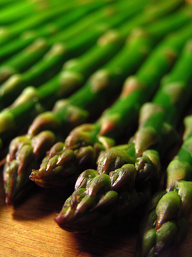 Fresh asparagus spears photo: hoveringdog @flickr