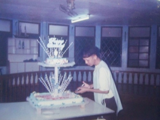 TRAVEL MAN decorating a cake