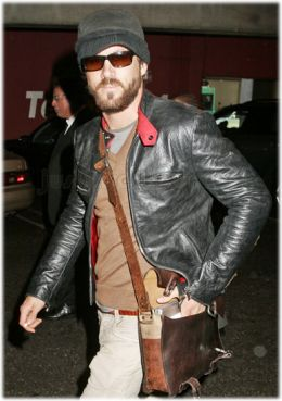 Ryan Reynolds rocking the brown leather messenger bag