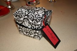Source:  http://maggiesdinnerdates.blogspot.com/2009/03/maggie-and-erins-goody-bag-favors.html