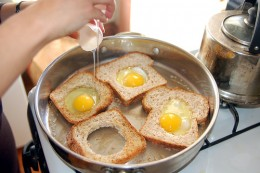 How to make eggs in a basket photo: scottfeldstein.net