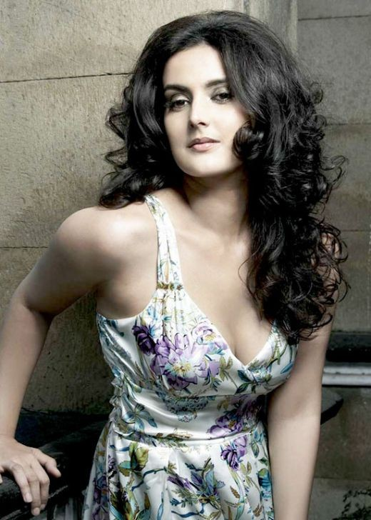 BOLLYWOOD SEXY ACTRESS TULIP JOSHI SEXY PICTURES cleavage