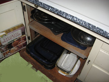 Drawers pull out for pans