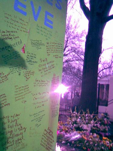 Eve Carson temporary memorial (flickr)