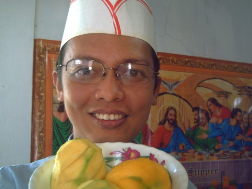 TRAVEL MAN holding a plate of RIPE MANGOES (JUNE 2010) AT HOME