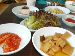 At Korean meals, many side dishes are usually served along with the main dish. A must have is kimchi.