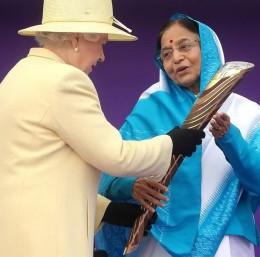 Queen Elizabeth II handing over the baton to Indian President Pratibha Patil