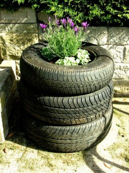 When i was talking about innovation and making your very own large decorative pot, this is what i was talking about, it may look ugly in some(most) of the gardens, but if you put it in a right  position, this large decorative pot, will look interesti