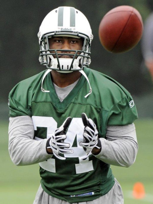 New York Jets cornerback Darrelle Revis prepares to catch the ball during NFL football minicamp Monday, June 14, 2010 in Florham Park, N.J. (AP Photo/Bill Kostroun)
