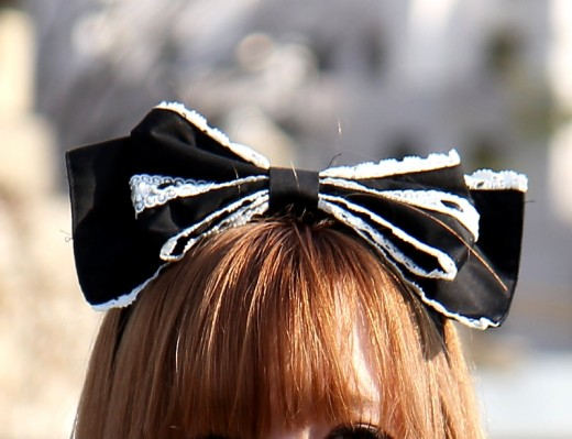 Big fashion accessories get you noticed! This is a great gothic bow that will go great with any goth outfit!