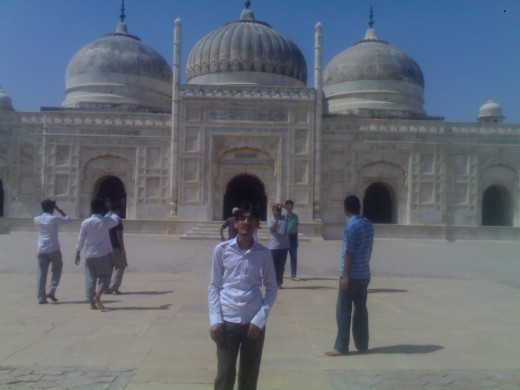 Front view of the mosque (Picture by: Maaz)