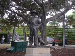 Statue of an Australian digger with his dog