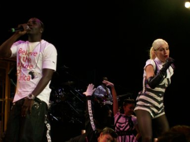 """Akon & Gwen Stefani preforming """"Sweet Escape"""""""
