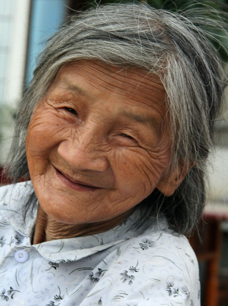 Old Woman in Bandao Cun, China, from fiferis.com