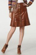 The new suppleness of leather makes this skirt a classic.