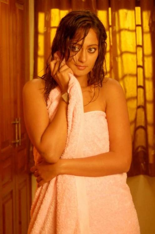 Hot Wet Actress Kaveri Jha in Towel Pictures navel show
