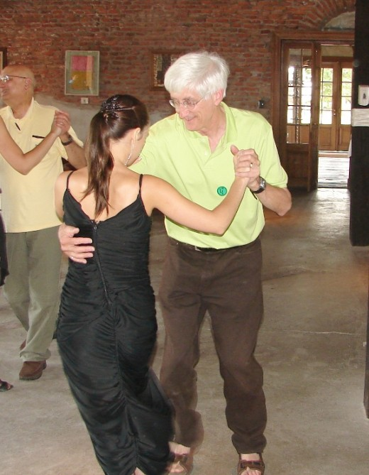 One of the female Tango dancers is trying to teach me how to dance the Uruguayan Tango.