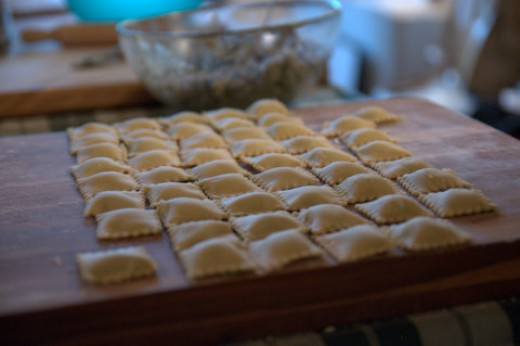 Lay the agnolotti on a plank covered by a tablecloth: sprinkle with flour. They should rest overnight before cooking