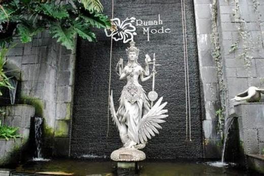 Rumah Mode - Dewi Sri Statue http://blog.malaysia-asia.my
