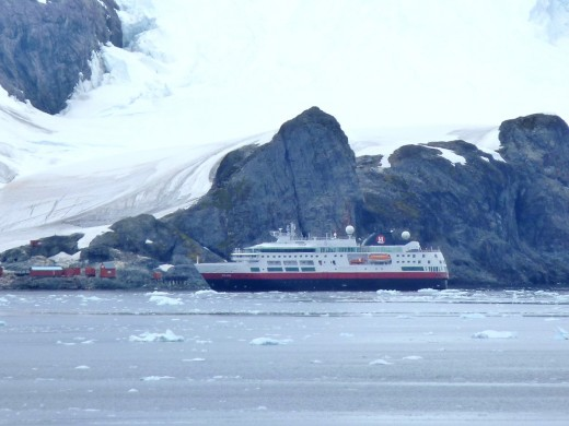 A second small cruise ship at the abandonned Argentinean research station in Paradise Bay