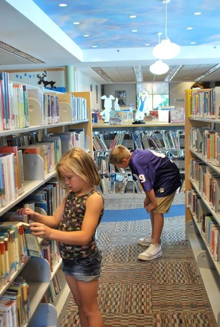 Children browse shelves at the Bend Public Library (c) Stephanie Hicks