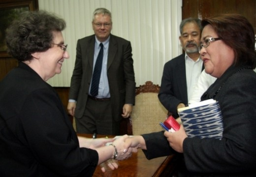 IADL President Jeanne Mirer and Hon. Justice Minister Leila de Lima (holding a T'nalak covered judicial bench book) shake hands prior to a formal consultation to register their intent to take on and discuss the case of Morong 43 last Sept. 15. (RBV)