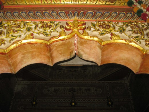 Arch with gold paintings inside Amber Chandaprabhu Jain temple