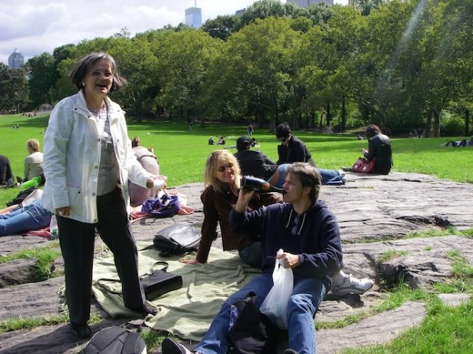 Enjoying our picnic in Central Park with a bottle of champagne we brought from Austria, while sitting on a big rock (not the Vollmond one)!