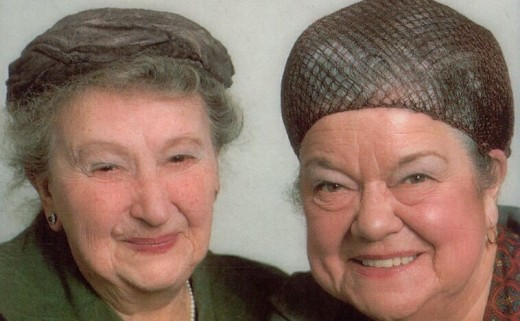Morgot Bryant as Minnie Caldwell and Violet Carson as Ena Sharples