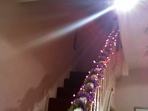 Now I also like to decorate the stairs, just because I have some spare lights and tinsel.