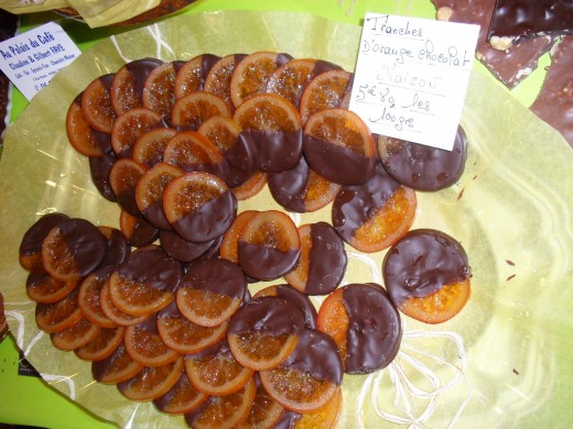 Oranges half covered in dark chocolate.  5,80 per 100gr
