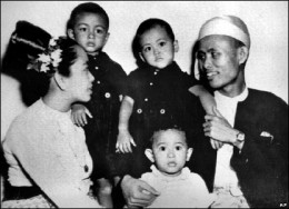 Photo taken in 1947,showing Suu 's parents and elder brothers, Suu Kyi is the two year child infront.