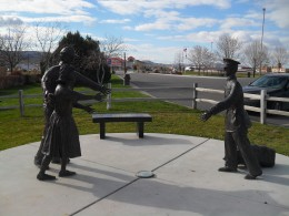 Sculptures depicting the welcome home of a soldier