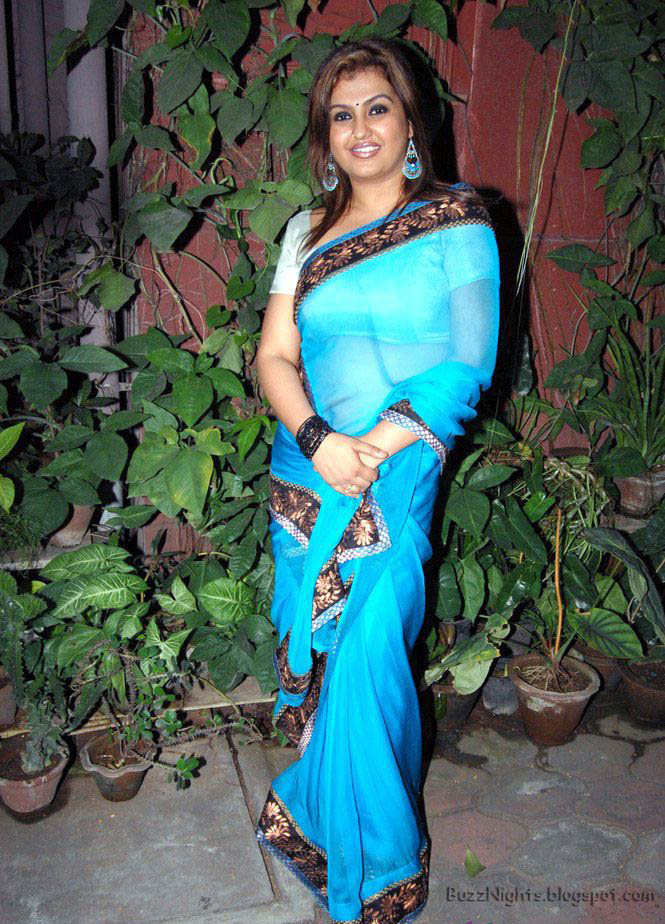 hot and sexy aunty sona in sexy blue saree