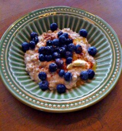 Oatmeal with blueberries with a dash of cinnamon. Photo from Cooking Manager