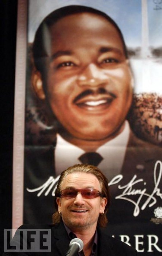 """Bono honored at The King Center's """"Salute To Greatness"""" dinner, January 2004"""