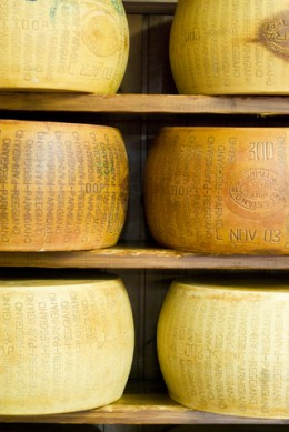Grading & production information on wheels of Parmigiano-Reggiano  Jborzicchi|Dreamstime.com