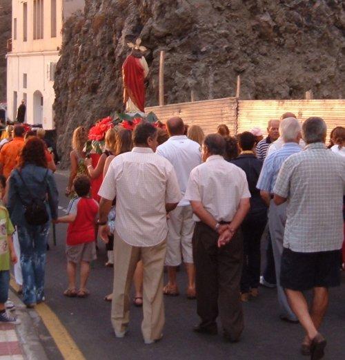 The faithful follow San Telmo