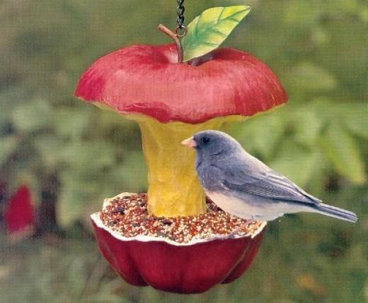 Зимнюю столовую для птиц открыли красноярские первоклашки - резные хижины, кормушки-трансформеры, домики-зверушки.