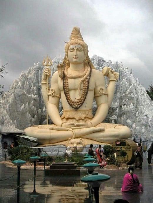 Una estatua en Bangalore Shiva representa meditando