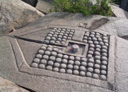 108 lingas shiva talladas en la roca en la orilla del río Tungabhadra, Hampi